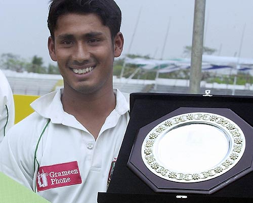 Ashraful with the man-of-the-match trophy for his 136, Bangladesh v Sri Lanka, 1st Test, Chittagong
