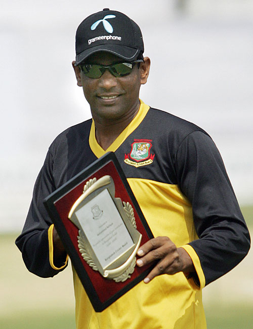 Mohammad Rafique with the a special memento from BCB on the day of his retirement � TigerCricket