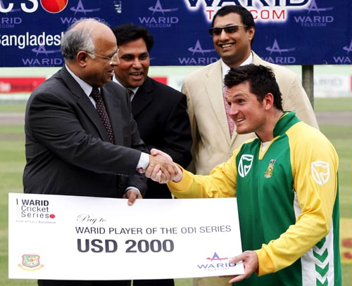Graeme Smith wins the Man-of-the-Series award, Bangladesh v South Africa, 3rd ODI, Mirpur