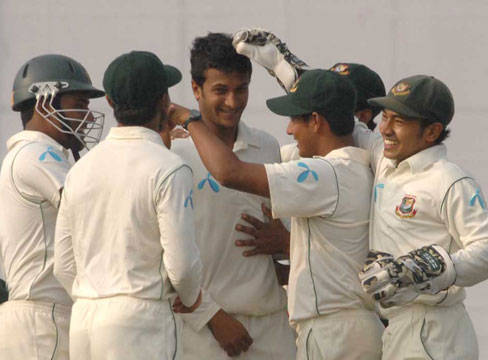 Shakib Al Hasan celebrates the wicket of Kumar Sangakkara. Bangladesh vs Sri Lanka. Test 1, day 1. �TigerCricket.com