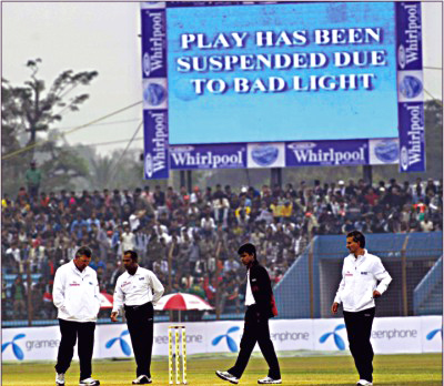 Bad light stops play on the 2nd day of the first Test versus India at Chittagong � Daily Star